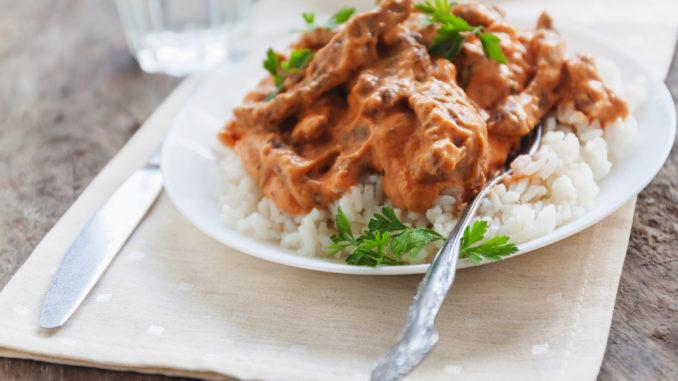 Mørbradgryde med ris som tilbehør